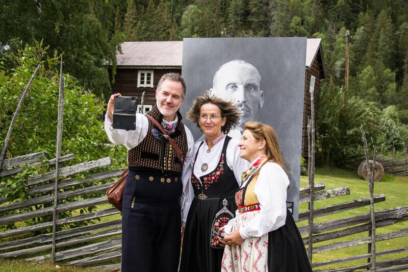 Selfie med Olaus Islandsmoen. Ole Aastad Bråten, Bjørg Dokken og Anne Marit Noraker. Foto: Ingri Valen Egeland.