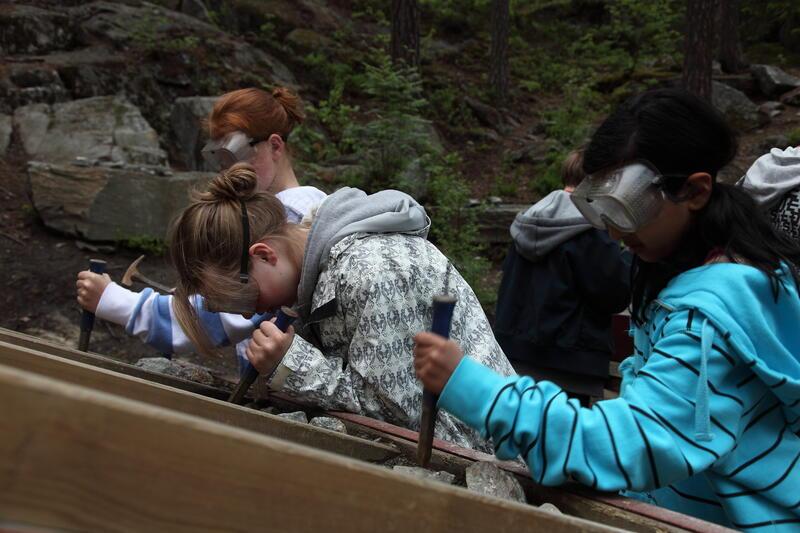 Barn som undersøker steiner. (Foto/Photo)