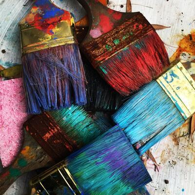 Malekoster med maling i forskjellige farger (Foto/Photo)