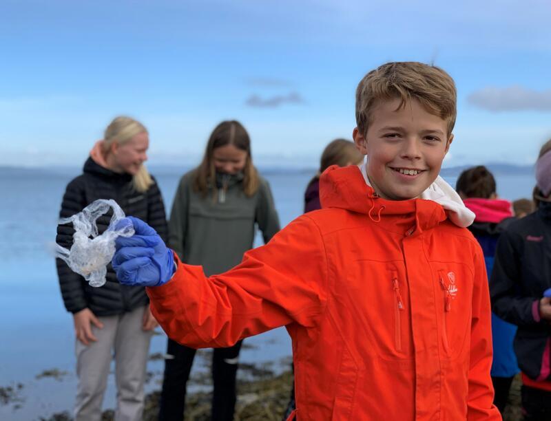 """Elever ved Charlottenlund barneskole har, sammen med elever fra Kristen videregående skole Trøndelag og Mausund Feltstasjon, plukket nærmere tusen plastbiter som skal brukes i prosjektet """"Plastsolen"""". Foto: Eirik Audunson Skaar (Foto/Photo)"""