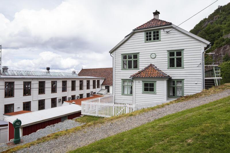 Bygda Salhus utanfor Bergen, med den tidlegare tekstilfabrikken Salhus Tricotagefabrik og den første arbeidarbustaden til høgre. (Foto/Photo)