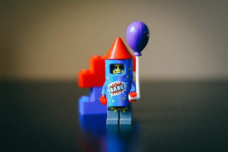 Bildet viser en legofigur med en ballong (Foto/Photo)