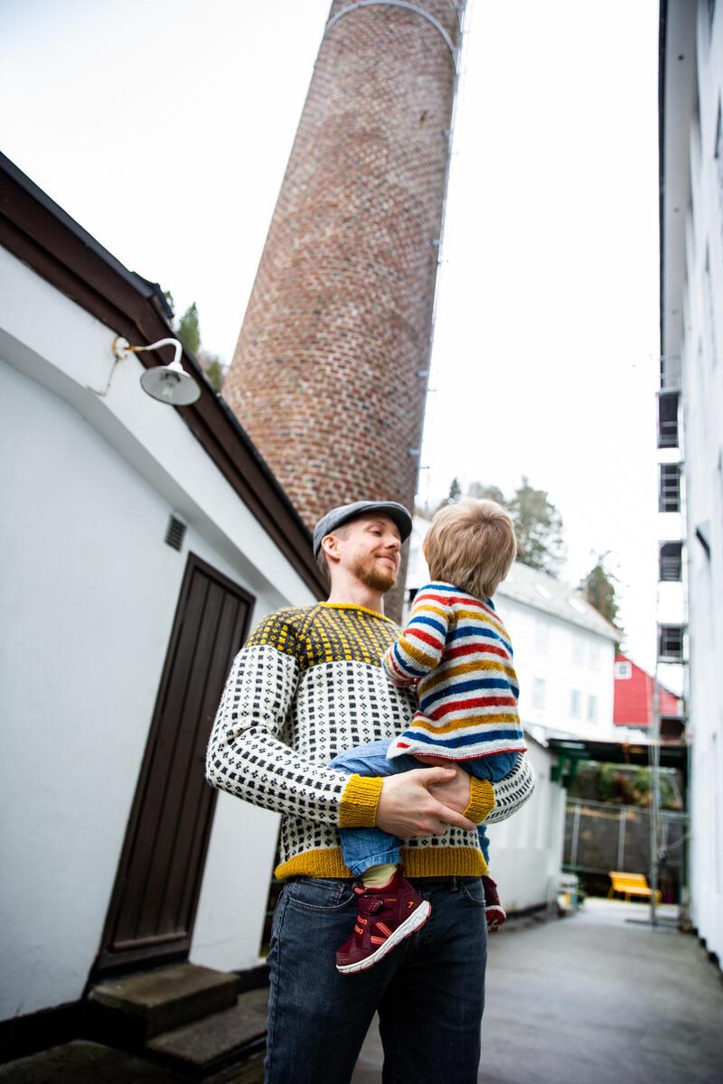 Mann og barn ute ved fabrikkskorstein (Foto/Photo)