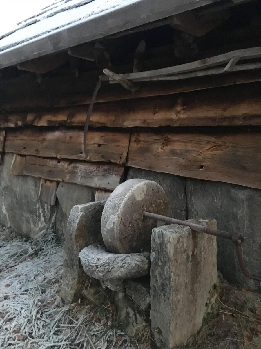 slipestein ved husvegg (Foto/Photo)