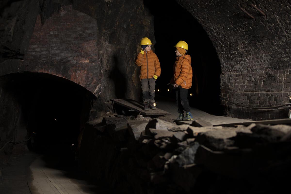 To gutter på omvising i gruva (Foto/Photo)