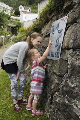 to jenter ser på plansje. Foto/Photo