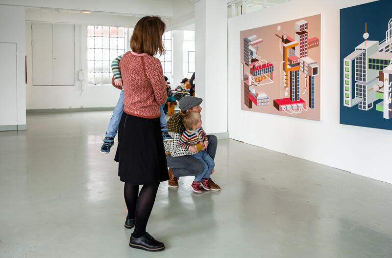 familie ser på måleri i utstillingslokale (Foto/Photo)