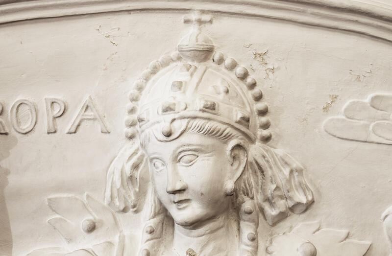 Områder med avflassing av malingslaget i området rundt hodet til figuren «Europa». (Foto/Photo)