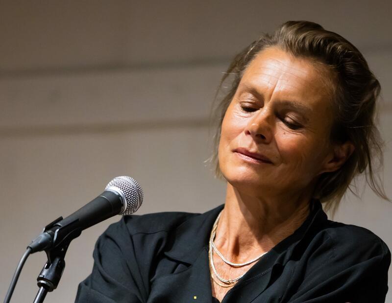 Kvinne musiserer (Foto/Photo)