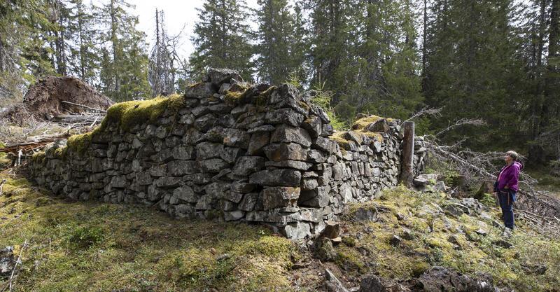 Grunnmur etter en større bygning, muligens sakkerhuset, i nordkanten av det største gruvefeltet. Like nedenfor – t.v. for bildet – er et vannhull som kan tolkes som sakkerhusets brønn. (Foto/Photo)