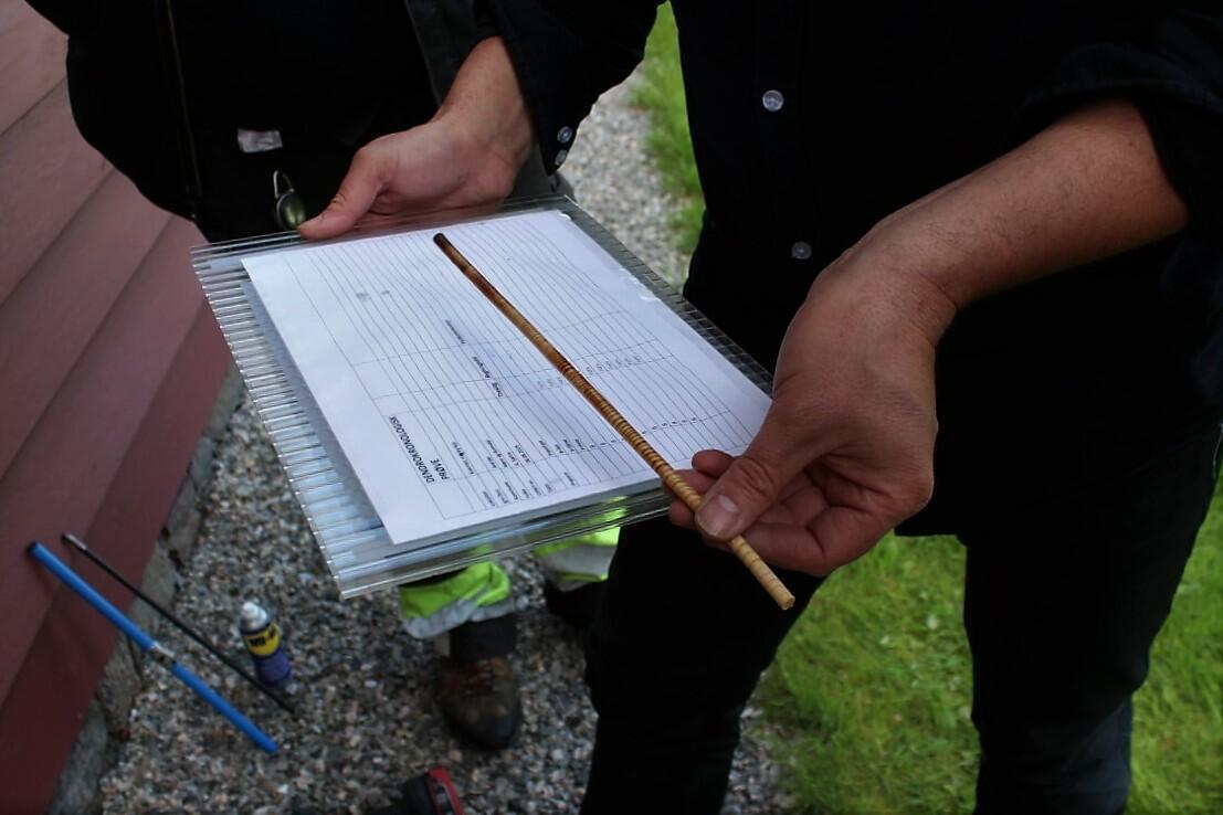 mann held årringsprøve og eit skjema, arbeid med årringsdatering (Foto/Photo)