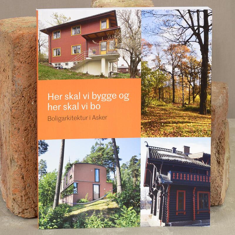 Her skal vi bygge og her skal vi bo. Utstillingskatalog om boligarkitektur i Asker. Utstillingen står frem til 1.august. (Foto/Photo)
