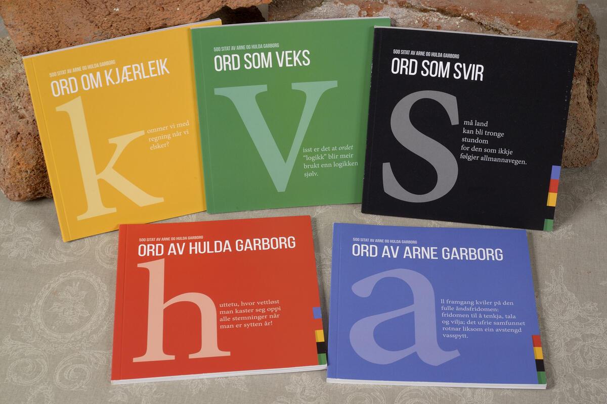 Små skattekister med Garborg sitat kr. 129,- pr .stk. Alle fem samlet kr. 500,- (Foto/Photo)