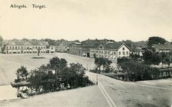 Vykort med motiv över Stora Torget. Till höger kv. Kronan me