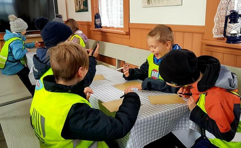 Barn skiver med penn og blekk, amerikabrev (Foto/Photo)