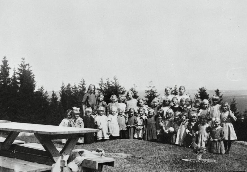 Store og små jenter på Trudvang feriekoloni, Østre Toten, ca. 1920-tallet, Toten. Foto: Mjøsmuseet. (Foto/Photo)