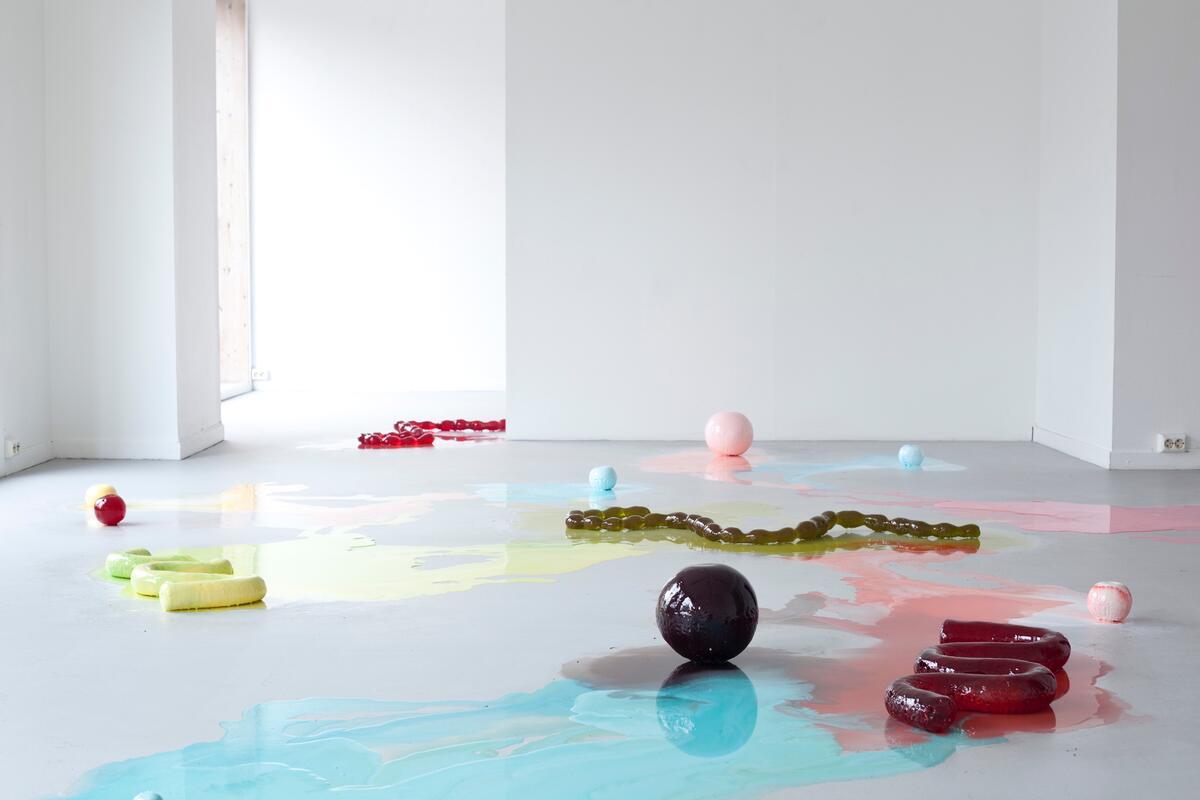 """Vilde Løwenborg Blom, Tittel:  The snakes, the marbles, the intestines (2020). Medium: skulptur av sukker – lages ny for hver visning, og går i oppløsning i løpet av utstillingsperioden. Størrelse: variabel.  3 stk """"The snakes"""" Cirka mål: 70 x 28 x 8 cm. , 8 stk """"The marbles""""/Liten kule, cirka 32 cm i omkrets. 4 stk """"The intestines"""", cirka mål: 125 x 47 x 5 cm. (Foto/Photo)"""