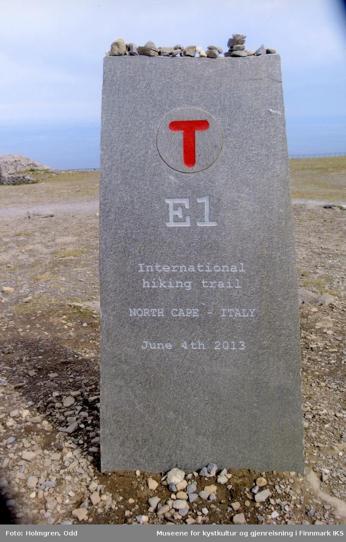 Nordkapp. Europagangstigen E1-merke på platået. Sommeren 2013.