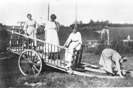 Fire damer fra Oslo på ferie på Fallbakken i Stange, ca. 1915-1920. Foto: Anno Domkirkeodden. (Foto/Photo)