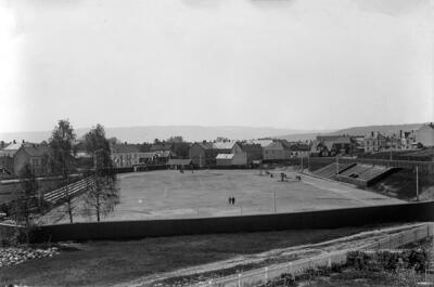 Svart-hvitt foto av Hamar stadion med gressbane i midten og løpebane rundt, tatt i 1937.. Foto/Photo