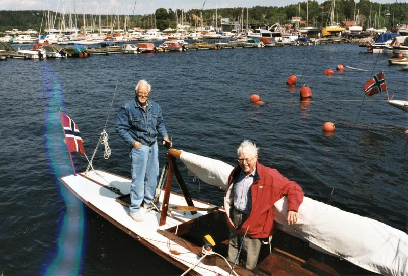 """""""Sally III"""" har besøk av Jac. M. Iversens sønner, Henrik og Axel Iversen, sommeren 1997. Begge er født i Son, men de flyttet derfra da de var 5 og 7 år. Da det ble avgjort at """"Sally"""" skulle tilbake til Son, donerte brødrene sølvpokalen båten vant i 1921 til Soon Seilforening. Foto: Fra """"Sallys"""" loggbok (Foto/Photo)"""