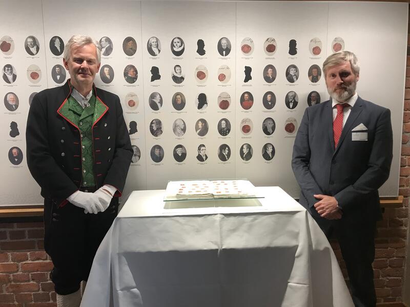 Ærbødig: Stortingsarkivar Egil Borlaug (t.v.) og direktør ved Eidsvoll 1814, Bård Frydenlund flankerer Grunnloven av 17. mai 1814 da den i 2020 ble vist frem for tredje gang siden 2. verdenskrig. (Foto/Photo)
