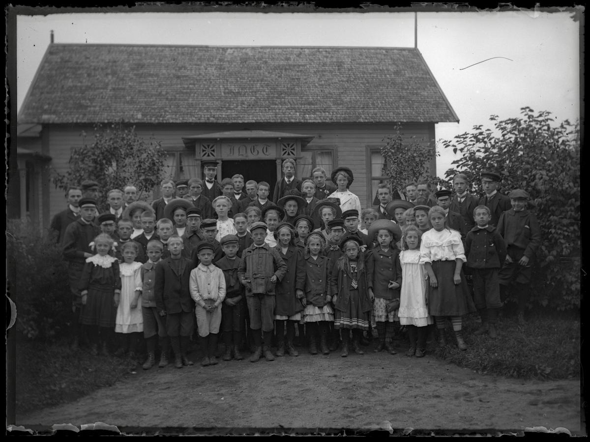 Barn och vuxna framför IOGT-lokal