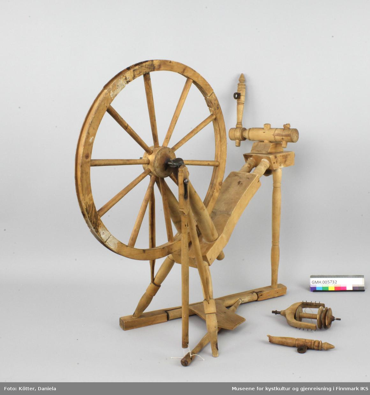 """Rokken er laget av ubehandlet del, har enkelte deler av metall og teinholdere av lær. Den har tre ben. To av disse er forbundet med hverandre gjennom en list langs gulvet. I denne lista er det innfelt akselen til trøa. En av holderne for tein og drivhjul, en såkalt """"jomfru"""" er brukket av. Rokkebrystet er et skråttstilt, enkelt brett, som smalner mot skruen. Svinghjulet er festet til brystet med dreide oppstandere på hver side. Hjulet drives med et sveiv som er forbundet med trøa nederst."""