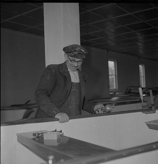 Sam O. Berge konstruerte familiebåten herwa 15 fot. Her er han i lokalene til Herwa Plast AS i Grimstad. Foto: Aust-Agder-museet (Foto/Photo)