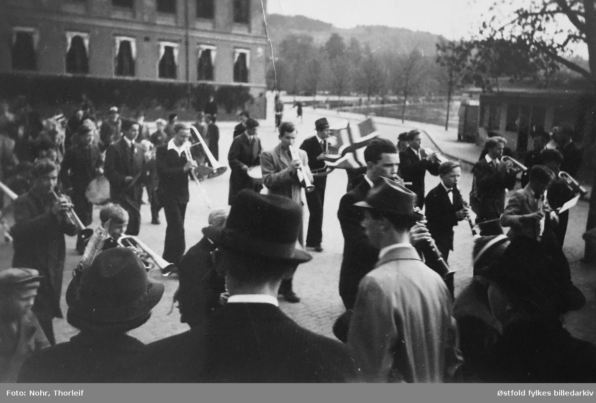 Frigjøringsdagene i Halden i mai 1945, etter andre verdenskrig. Parade med musikkorps.