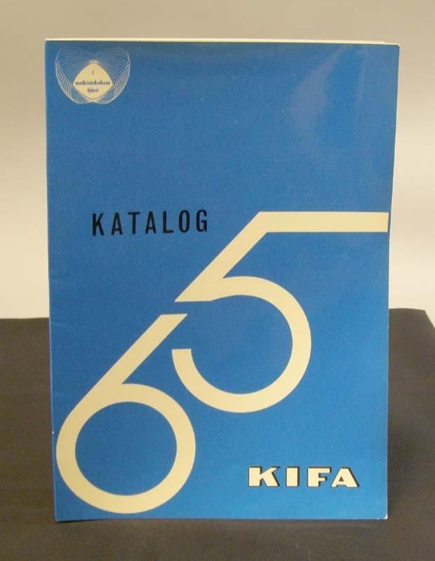 Häfte med blått omslag. Vit och svart tryck. Titel: KIFA sjukvårdstillbehör Katalog 65