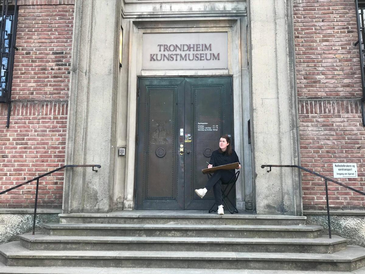 Vi tegner: Rundt bygningen på Trondheim Kunstmuseums avdeling i Bispegata! (Foto/Photo)