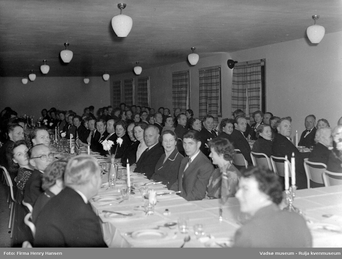 Festmiddag på Vadsø folkeskole. Bildet er trolig tatt ved innvielsesfesten for Vadsø folke- og framhaldsskole 28.10.1956. Kilde: Melding om Vadsø folke- og framhaldsskole for skoleårene 1951/52-1959/1960. Vadsø 1962.