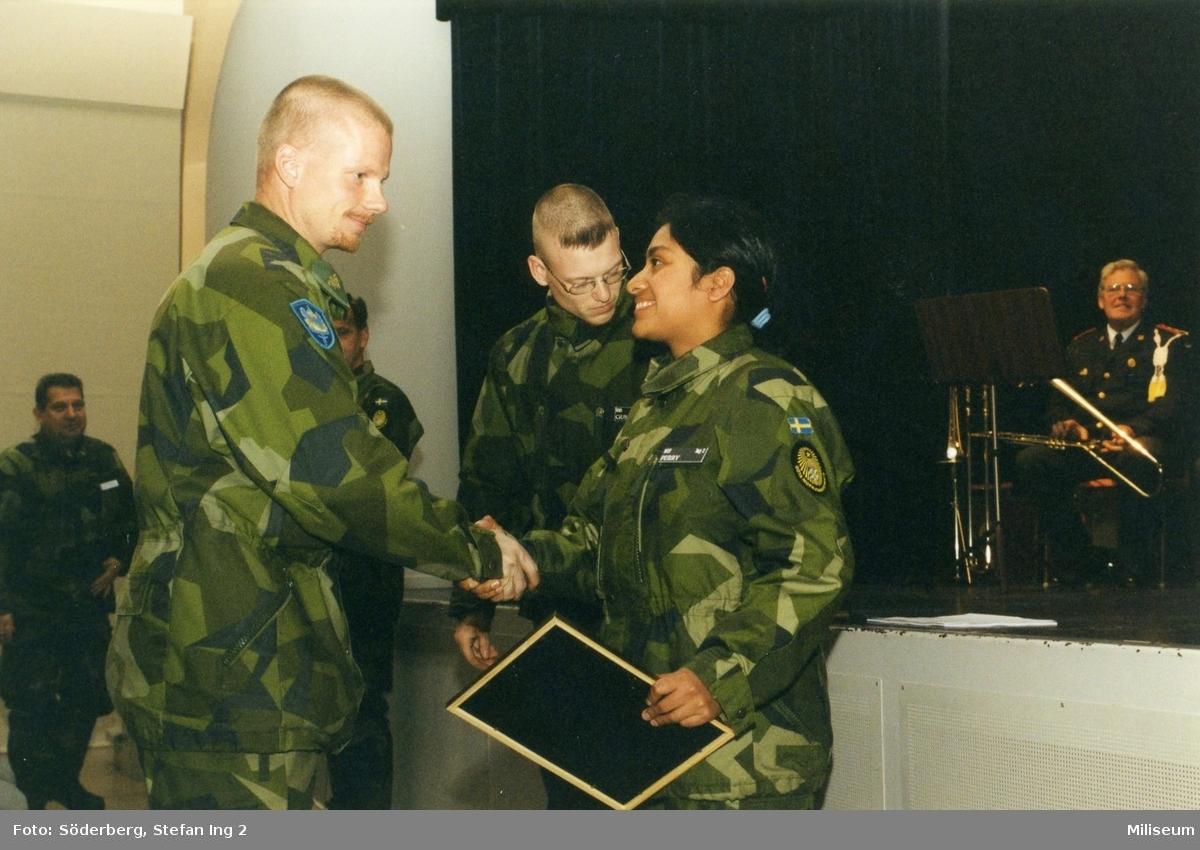 Ceremoni. Hemvärnet på fritidsgården på Ing 2. Major Johan Lindqvist, kompanichef på Ing 2 till vänster, hemvärnssoldater Gustafsson och Perry till höger.