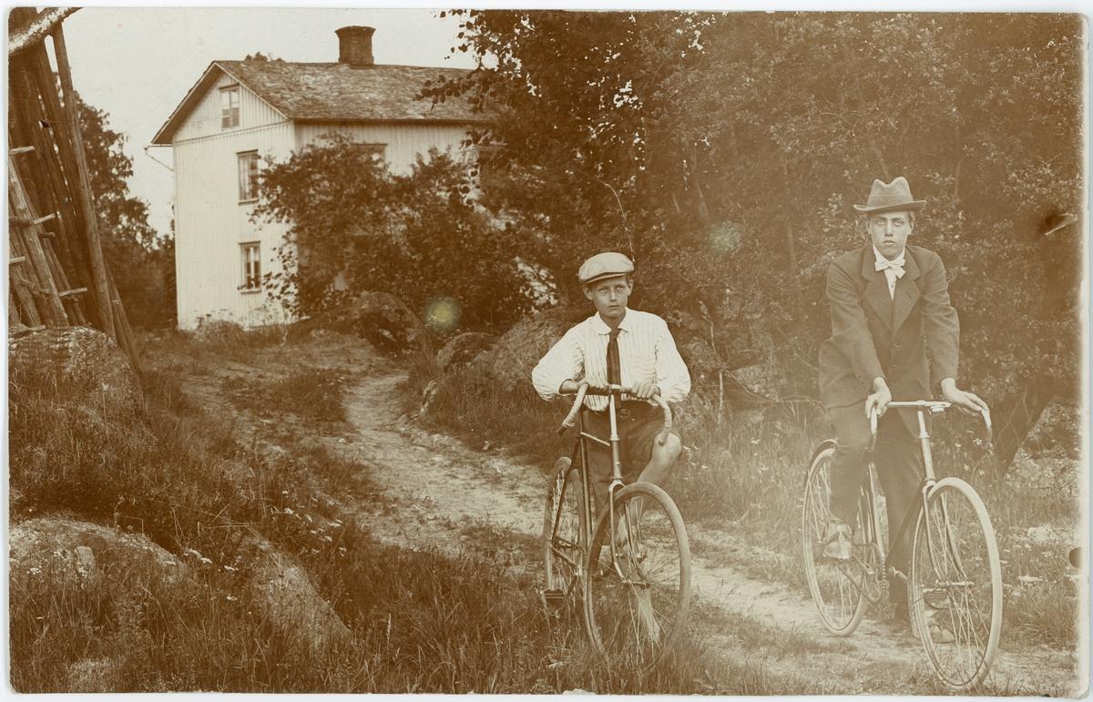 En pojke och en ung man på cykel