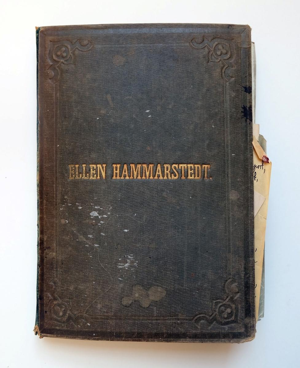 """En anteckningsbok som tillhörde Fredrique Hammarstedt. Innehåller dagboksanteckningar, tidningsutklipp, fotografier och dylikt. Framsidan är graverat med Fredriques dotters namn, Ellen Hammarstedt. På de första sidorna av boken finns ett brev skrivet adresserat till Ellen, där hon beskriver att boken tillhör henne. På insidan av boken finns två papper fastklistrade. På det ena pappret står det """"Gustav Hammarstedt"""", Fredriques man och sju ritade ansikten i profil. På det andra pappret står en bön till Ellen Hammarstedt."""