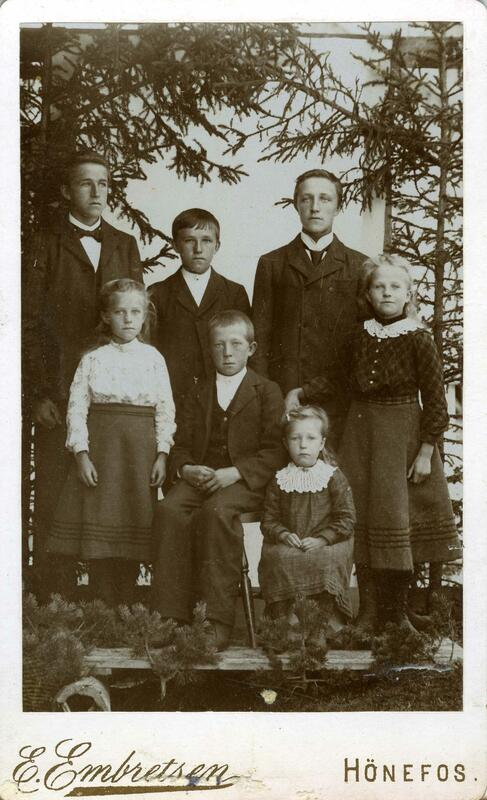 Barna i familien Kolterud, Nordre Land, ca 1901. Fotograf: Emanuel Embretse. Eier: Randsfjordmuseet. (Foto/Photo)