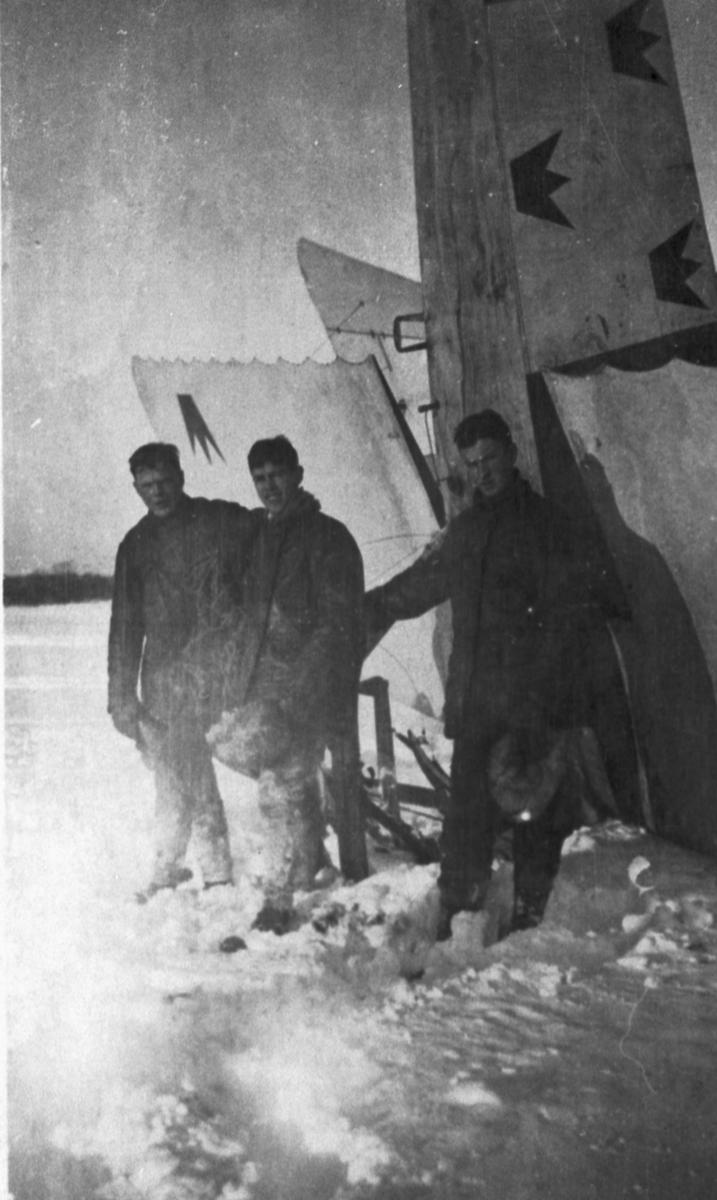 Havererat flygplan Albatros NAB 9 nummer 758 på Malmen den 14 januari 1918. Flygplanet står på nosen. Tre militärer står bredvid.