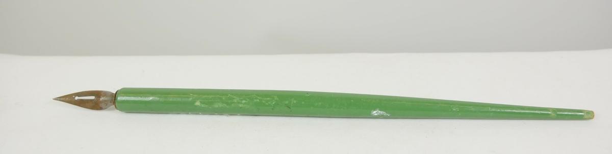 To grønn runde penneskaft som smalner innover. Pennesplitt er festet til skaftet.