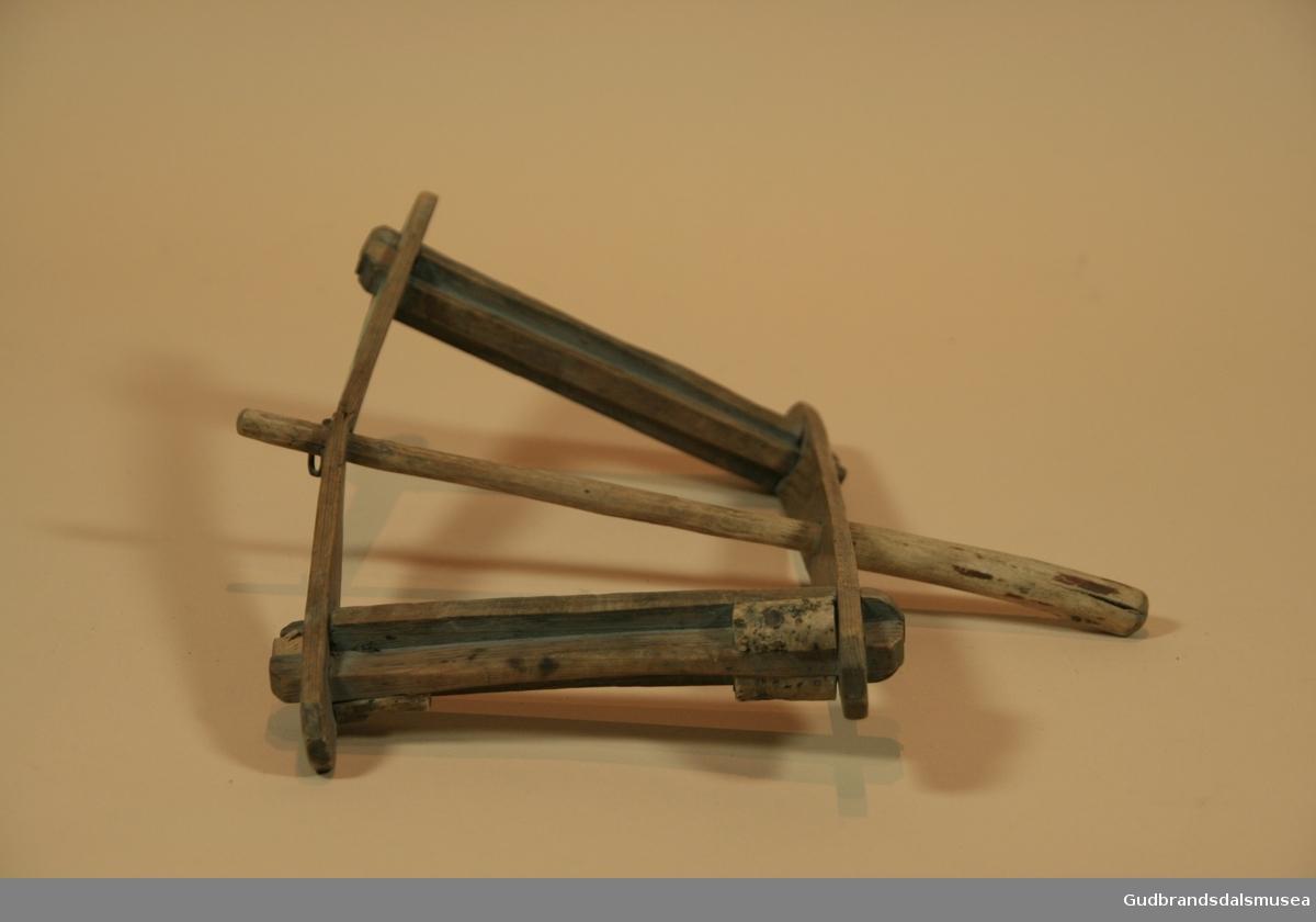Vinde i tre i ni deler.Enkelt håndtak som vinden snurres rundt. Små korkebiter er festet i endene på sidene. Vinda ble brukt for å reive opp ei notline og slippe den enkelt ut igjen. Langreiv er et fiskeredskap. Den består av en line med av lintråd, med mindre fortommer til å feste fiskekroker på. Fortommene er festet på beinringer som er tredd inn på hovedlinen. Fortommene er innerst lintråd, ytre delen er hestetagl. Linen er reivet opp på en vinde. Denne er av furu, og har håndtak, samt kork til å feste kroker i.