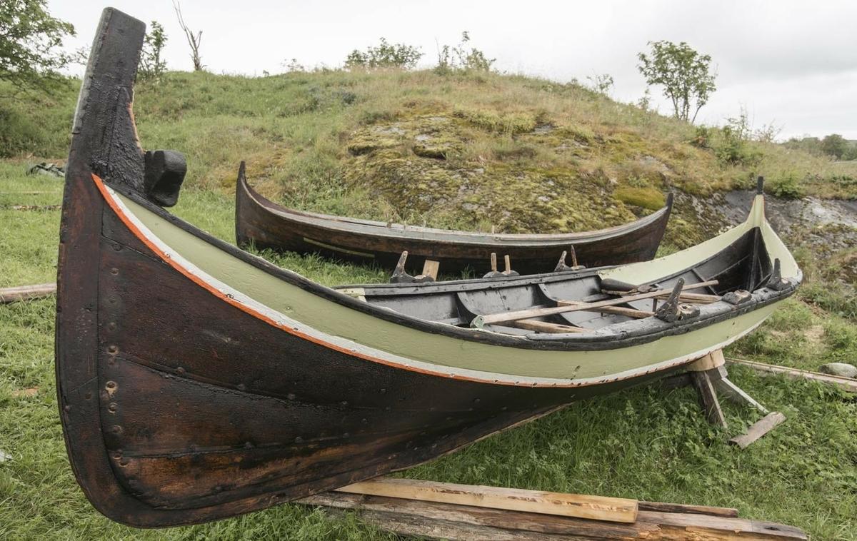 """Denne treroringen er en Nordlandsbåt av krumstemningstypen, klinkbygd av gran i Rana. Den har vært rigget med råseil, men den er veldig smal og var ansett som bedre å ro enn å seile. Den er beregnet på tre par årer. På innsiden er båtsaumen klinket over underlagsskiver eller """"rør"""" (ei """"roe""""), av noe uregelmessig firkantet fasong. Båtbyggeren har klippet disse til for hånd, av bandjern. I nyere båter er roa fabrikkstanset, og rund av fasong. Fire bordganger utenom kjøl og kjølbord. Fire tofter. Båten har opprinnelig hatt tre par faste keiper til å ro i, istedenfor tolleganger. Keipene er utformet av passende trestykke fra naturlige grenkløfter på treet. Keipene hadde opprinnelig hammelband, som kunne være laget av vidjer, tau eller skinn. Særlig var oksepeiser ettertraktet på grunn av sin slitesterkhet. I 2019 ble nye hammelband lagd av elgpeis. Esingen er svært bred, med kraftig kant øverst. Det er utført flere reparasjoner med tretein og sinkplater, og det er slitemerker etter hælene til roerne i bunnen. Båten har bumerke etter initialene til Nils Hermansen Husvær (1825-1907). NHHV."""