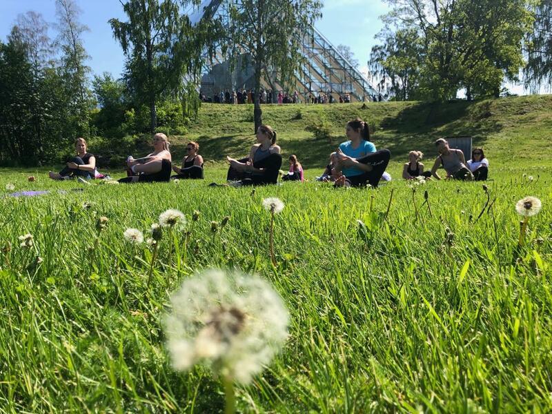 Yoga på plenen nedenfor Hamardomen. (Foto/Photo)