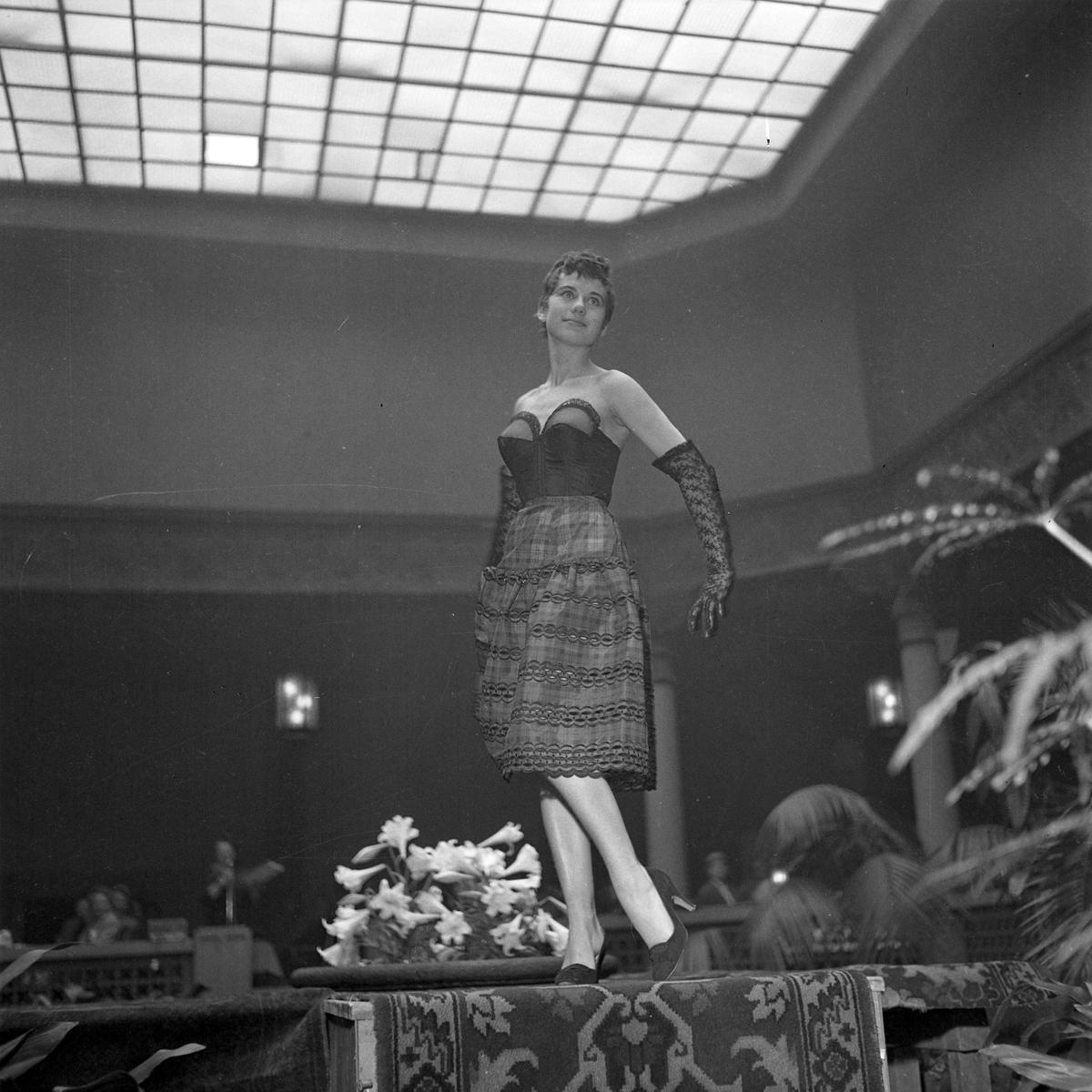 Mannequinoppvisning av dameundertøy i Britannia