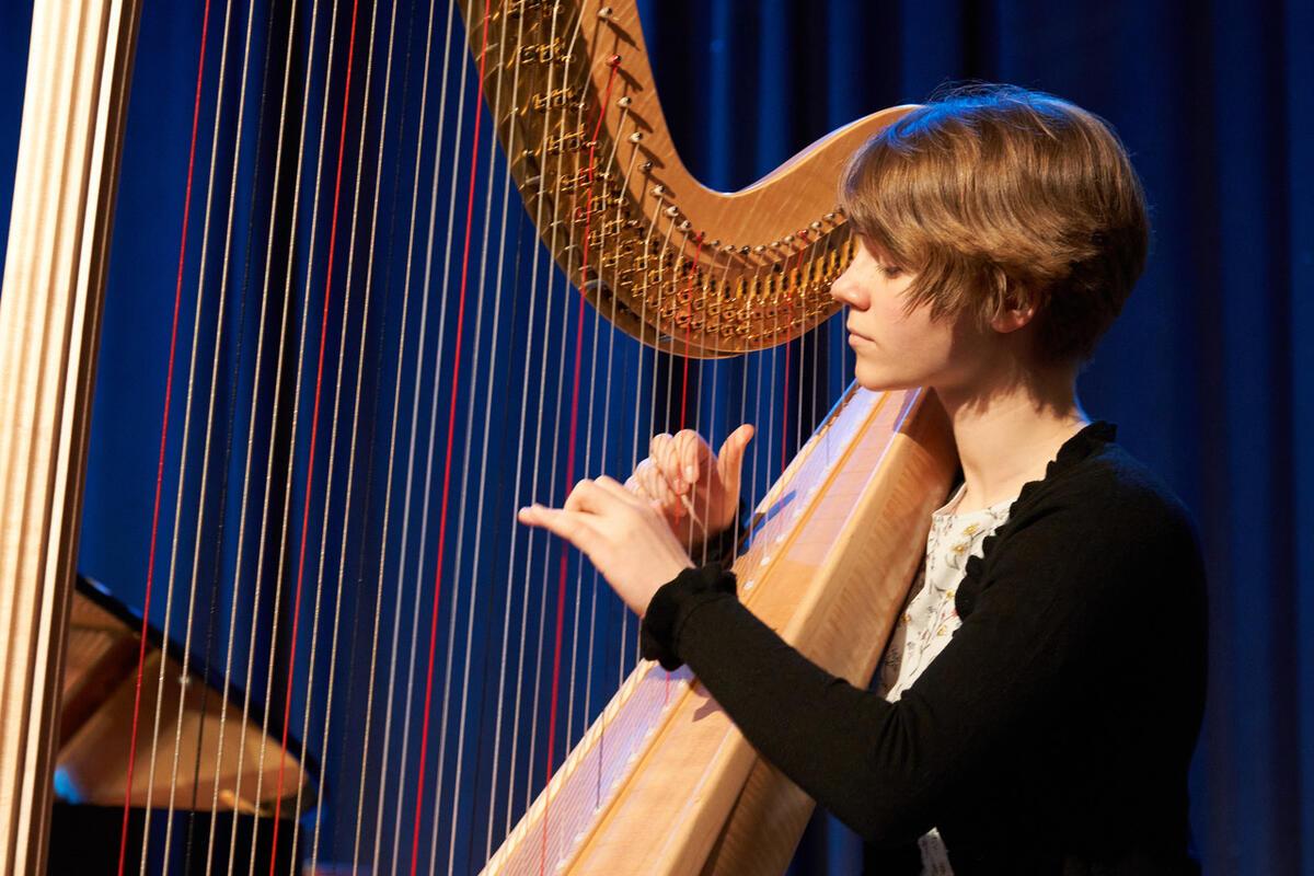 Kvinne som spiller harpe (Foto/Photo)