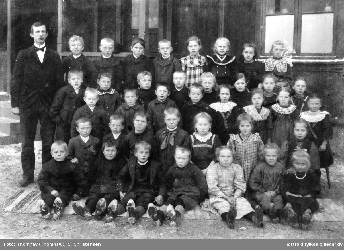 Hauge skole i Rolvsøy 1910 med lærer J. O.Foss eller Lidvar Hagen. Navnene på en rekke elever fra klassen er kjent, men plassering er ikke identifisert på bildet.