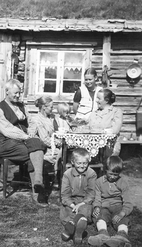 Døllia Seter, Folldal. Stasjonsmester Alme fra Horten med m kone og barn besøker lokale på setra. Foto: Anno Musea i Nord-Østerdalen. (Foto/Photo)