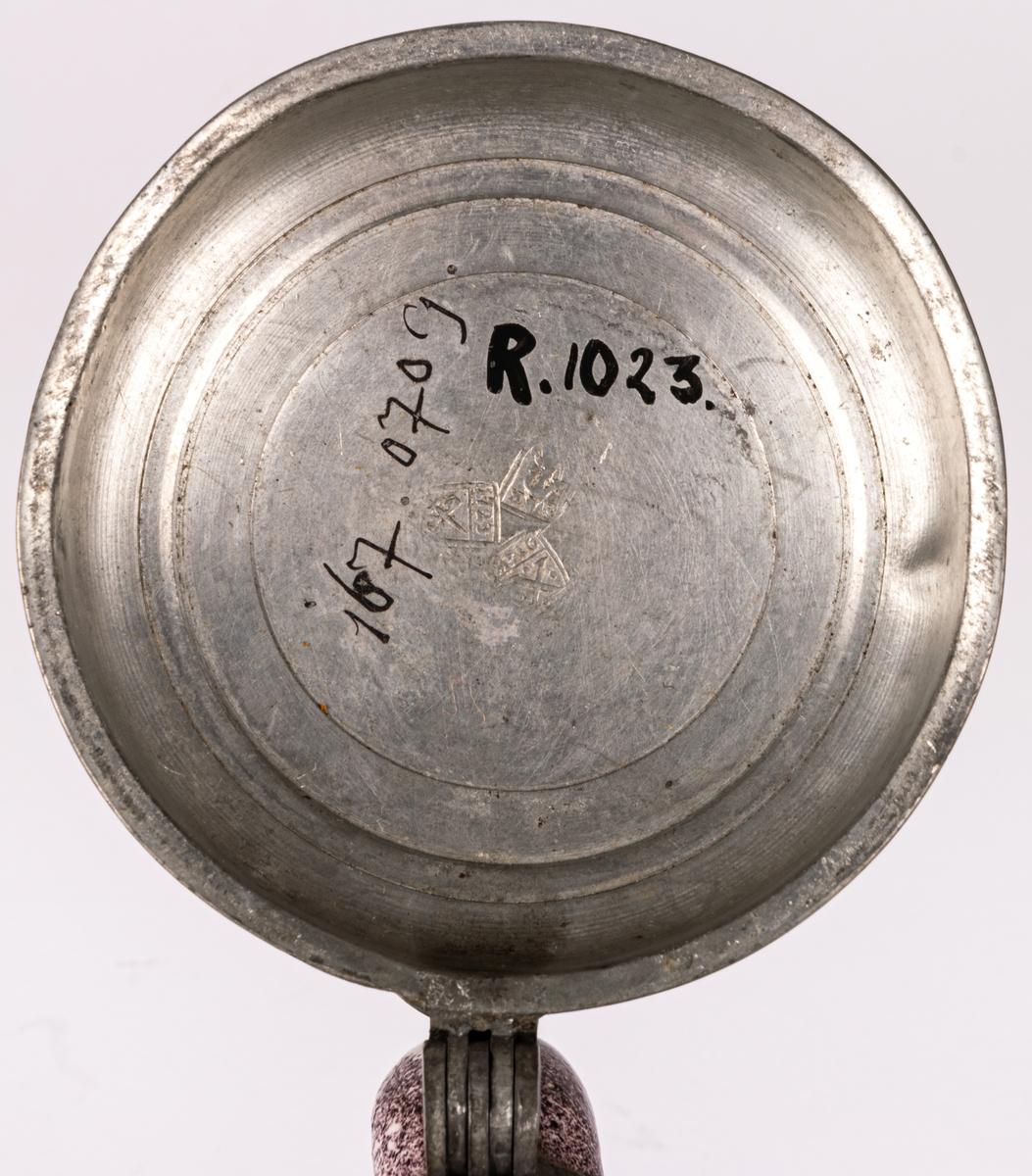 Stop i fajans och tenn, polykrom dekor. I locket stämplar och årtal 1723.
