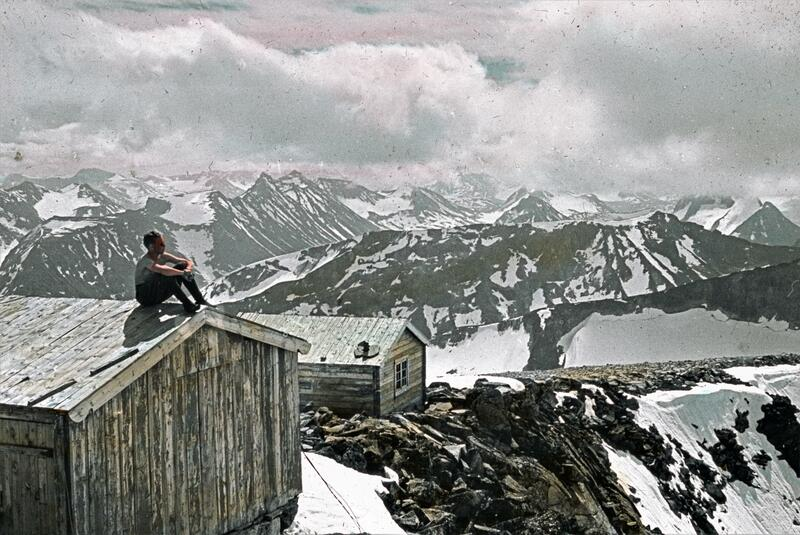 Utsikt fra Galdhøgpiggen, Jotunheimen. Foto: Gunnar Raabe/Gudbrandsdalsmusea. (Foto/Photo)