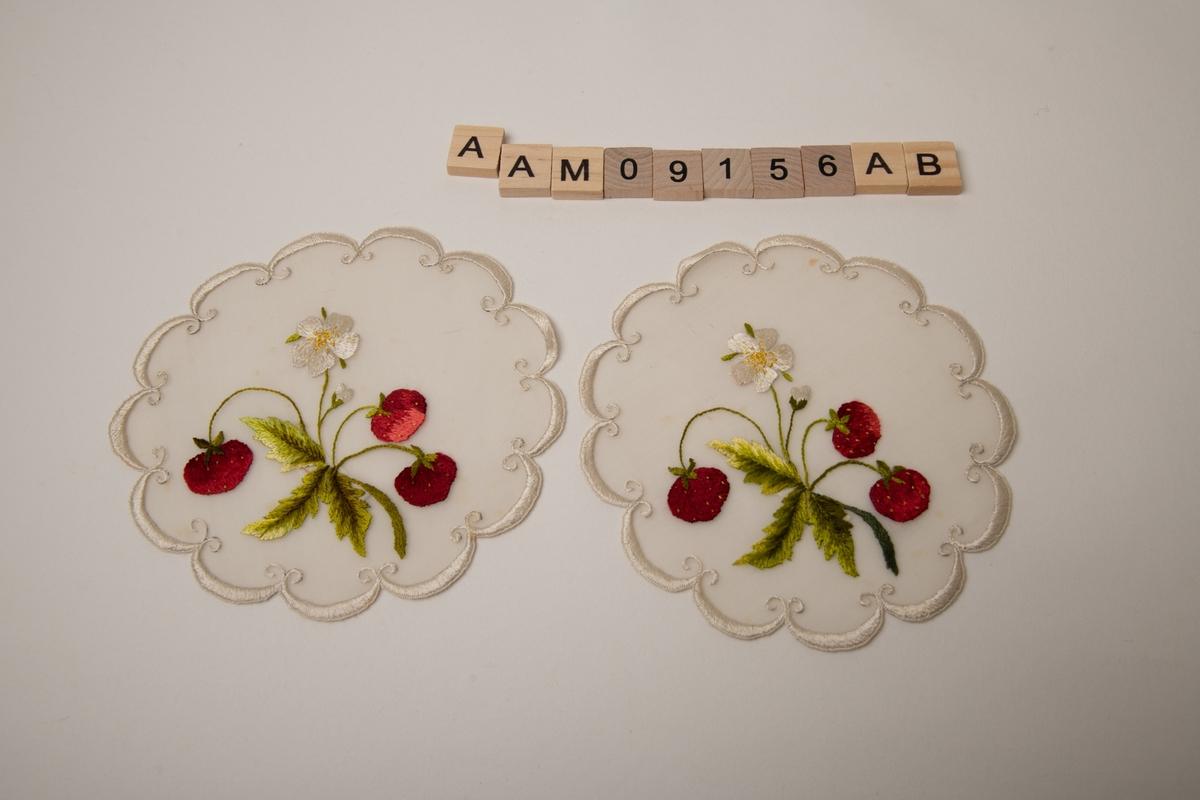 Jordbærplante med tre modne bær/ en blomst og en liten knopp.