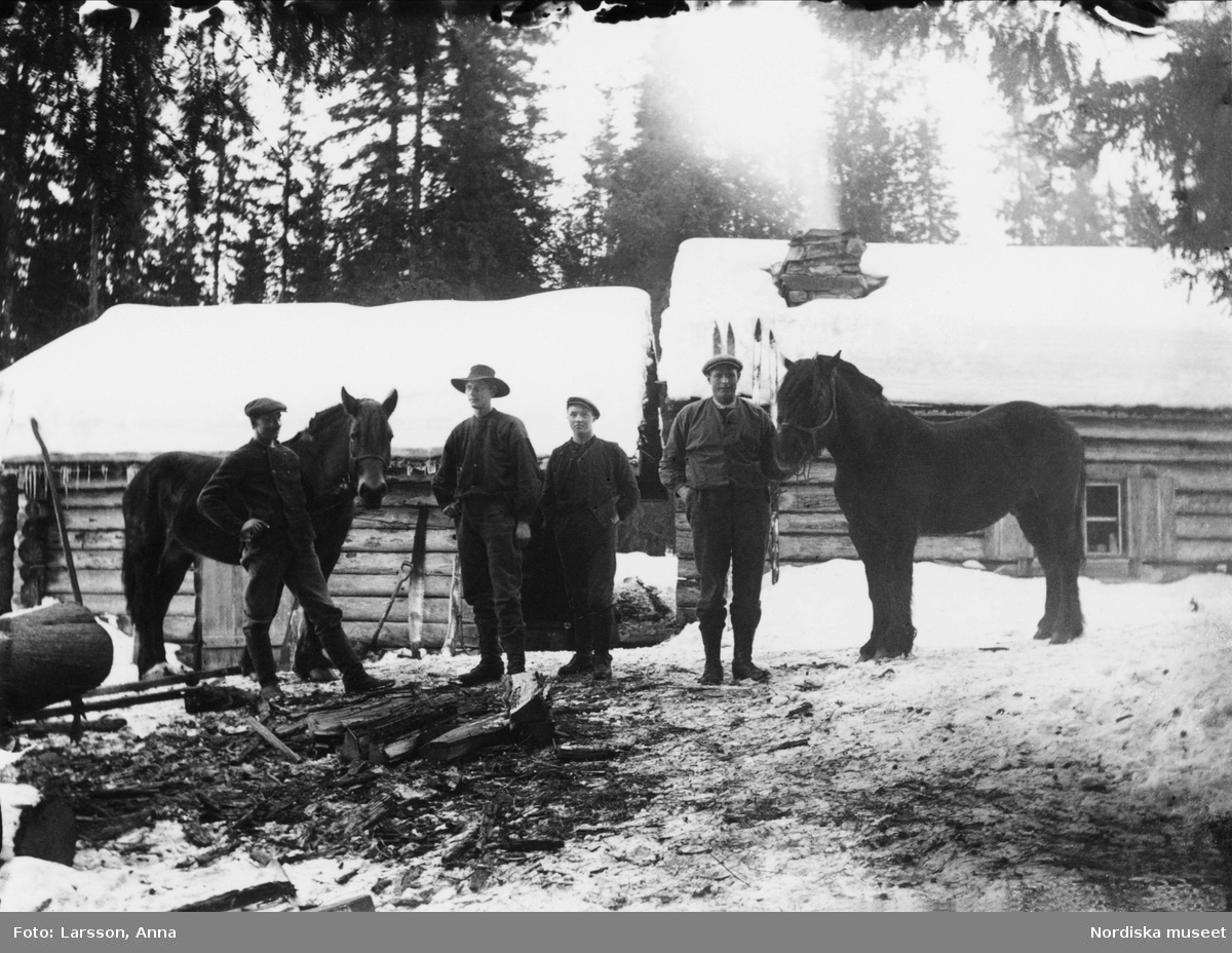Vid Hö-stugan, Femtberget, män med två hästar